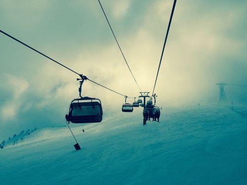 keltuvas,keltuvas,slidinėjimas,liftas,žiema,Žiemos sportas,sportas,šaltas,ledinis,dangus,debesys,kalnai,sniegas,snieglentė,keltuvas,viela,elektros laidai,vėliava