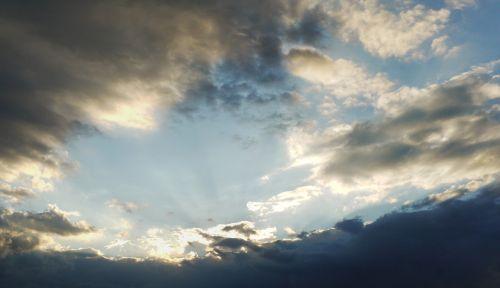 dangus,debesys,saulės spindulys,abendstimmung,audros debesys,šviesa,vasara,debesų danga,saulės šviesa,lichtspiel,debesų formavimas,griauna,saulėtas,tamsi,atmosfera,spinduliai,dusk,apšvietimas,nuotaika,viltis,taikinys,fonas,gamta
