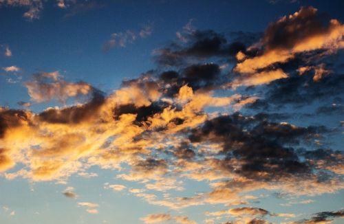 dangus,debesys,debesys formos,saulėlydis,dengtas dangus,vakarinis dangus,kraštovaizdis,tamsūs debesys,priekinė detalė,gamta,atmosfera,atmosfera,panorama,perspektyva,dangus,saulė,oras,mėlynas,fonas,debesis,twilight,saulės spindulys,baltas klounas,mėlynas dangus