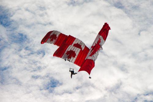 skydivers,Kanados,komanda,vėliava,trio,sukrauti,trys,komandinis darbas,oras,jėga,Kanada,parašiutas,parašiutautojas,dangus,oro pajėgos,oro šou,armija,Šalis,demo,kritimas,Draugystė,milžinas,nacionalinis,Rodyti,skydive,sklandytuvu,usa,orlaivis,lėktuvas,lėktuvas,propeleris,kilimas,aviacija,desantininkas,antena,oro šou,sąjungininkas,sąjungininkas,amerikietis,mėlynas,debesis,vienetas,raudona,balta,united,valstijos,žvaigždės,partnerystė,parama,aljansas,santykiai,patriotizmas,bendradarbiavimas,drąsus,drąsos