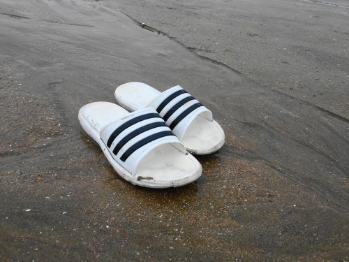 šlepetės,Korėja,Pietų Korėja,Korėjos šlepetės,incheonas,avalynė,šlepetės,apranga,papludimys,paplūdimio rūbai,paplūdimio batai,korėjiečių batai,balta,balti šlepetės,paprastas,smėlis