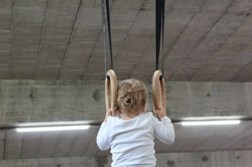 mažas vaikas,kovoti,priklausyti,gimnastika,gimnastikos įranga