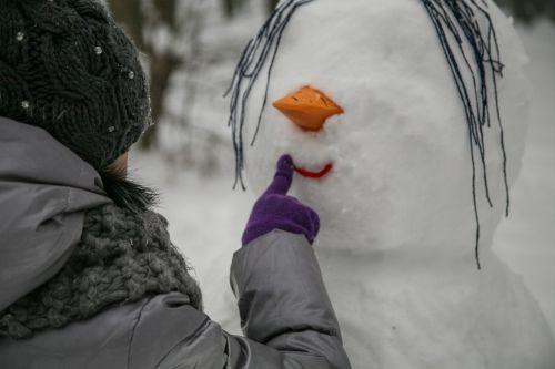 sniegas,miškas,sniego senis,žiema,gamta,balta,atostogos,Kalėdos,sniego dramos,šaltis,po sniegu,šaltas,Kalėdų eglutė,ornamentas,draugai