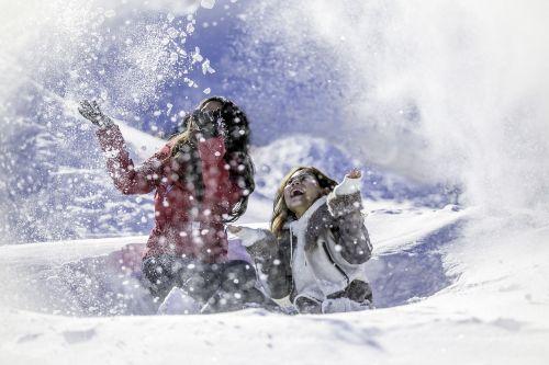 sniegas,mergaitės,žaisti,žiema,žmonės,gamta,lauke,laimė,džiaugsmas,mada,mielas,šaltas,šventė,laimingas,Kalėdos,sezonas