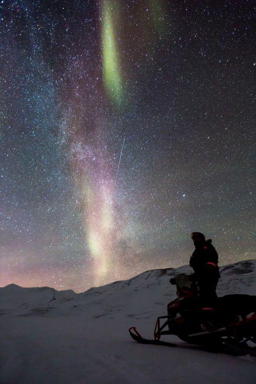 sniegomobilis,aurora,auroras,šiaurės šviesa,motoroleris,sniegas,ledo nuotykis,šviesos reiškinys,Aurora borealis,Šiaurės ašigalis,gamta,poliariniai žiburiai,stebuklinga naktis,snieguotas kraštovaizdis,arktinė,mėlynas ir žalia žvaigždėtas dangus,mėlynas žvaigždėtas dangus,žvaigždės,erdvė,ilgai gyvena,svalbaras