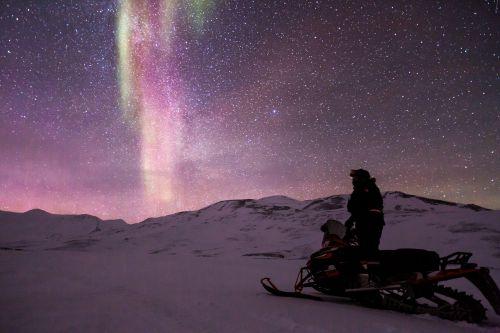 sniegomobilis,aurora,auroras,šiaurės šviesa,motoroleris,sniegas,ledo nuotykis,šviesos reiškinys,Aurora borealis,Šiaurės ašigalis,gamta,poliariniai žiburiai,stebuklinga naktis,snieguotas kraštovaizdis,arktinė,mėlynas ir žalia žvaigždėtas dangus,mėlynas žvaigždėtas dangus,žvaigždės,erdvė