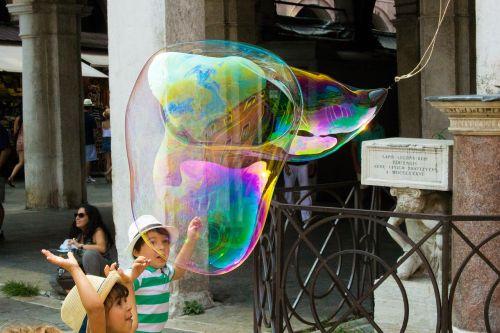 muilo burbulas,gatvės menininkai,menininkai,plūdė,mirgėjimas,vaivorykštės spalvos,žaisti,vaikai