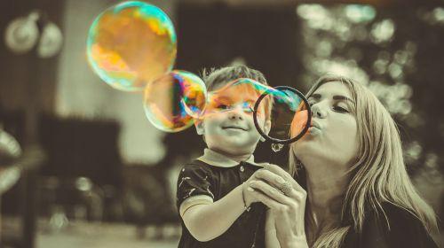 sūnus,motina,šeima,mama,burbuliukai,muilo burbuliukai,bw,meilė,priežiūra,džiaugsmas