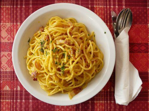 spagečiai,spagečiai carbonara,carbonara,makaronai,makaronai,italy,aštrus,pietūs,valgyti,plokštė,stalo įrankiai,maistas,geltona,teismas,širdingas,peilis,šakutė,šaukštas