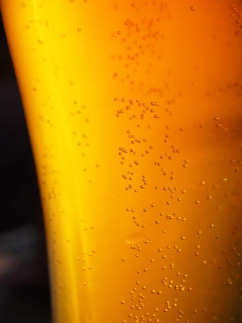 spindesys,alus,gerti,alaus karoliukai,anglies rūgštis,anglies rūgšties karoliukai,skanus,aukso geltona,auksinis,alkoholinis,alkoholis,atsipalaidavimas,stiklas,alaus stiklo,skystas
