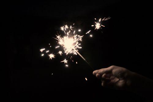 sparkleris,žvaigždė ugnis,sprückerze,injekcinė žvakė,žvaigždžių purslai,žvaigždžių metimas,žvaigždė pucker,žvaigždė purkštuvas,spautzemännchen,sternschneuzer,sternlespeier