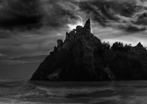 baisi sala,sala,baisu,vandenynas,jūra,bangos,debesys,juoda ir balta,mėnulis,pilnatis,medžiai,baugus,baisi sala