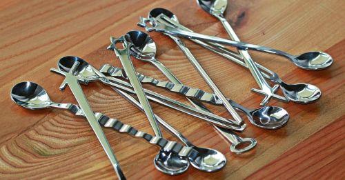 šaukštas,stalo įrankiai,sidabras,chromas,blizgantis,atspindėti,metalas,Uždaryti,kavos šaukštas,arbatinis šaukštelis,Espreso šaukštas,virtuvės indai,medinis stalas,grūdai