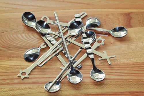 šaukštas,kavos šaukštas,stalo įrankiai,arbatinis šaukštelis,sidabras,blizgantis,metalas,atspindėti,chromas,deko,Uždaryti,Espreso šaukštas,medinis stalas,grūdai,netvarka,sumaišytas