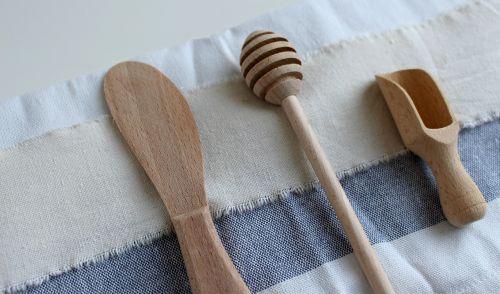 šaukštas,mediena,medinis šaukštas,mediniai pjovimo įrankiai,virtuvės stalo įrankiai,virtuvė,stalo įrankiai,medienos skersmuo,raižiniai,virėjas,valgyti,virimo,maistas,kaimiškas,senas,Virtuvinis rankšluostis