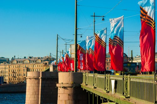 St Petersburg RUSIJA, 9 Geg, upė, šventė, pergalė, 9maâ, Pergalės diena, atminties, Rusija, karinis paradas, dangus, arrow, renginys, paradas, vėliava, Rostralny stulpelis, žmonių, tiltas, Rostral stulpeliai, Vasilievsky sala, stulpeliai, mėlynas dangus