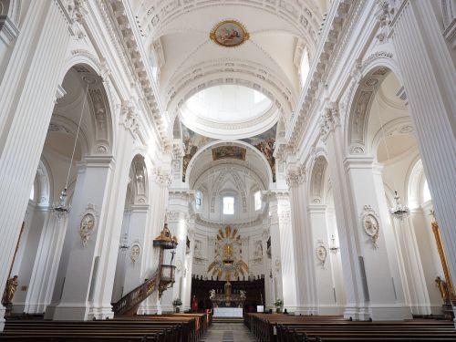 St Ursus katedra,nave,bažnyčia,katedra,solothurn,Šv ir Velerio katedra,St Ursen katedra,st-ruseno katedra,Romos katalikų,romėnų bažnyčios katalikų vyskupija,Šveicarija,ankstyvojo klasicistinio stiliaus,bažnyčios pastatai