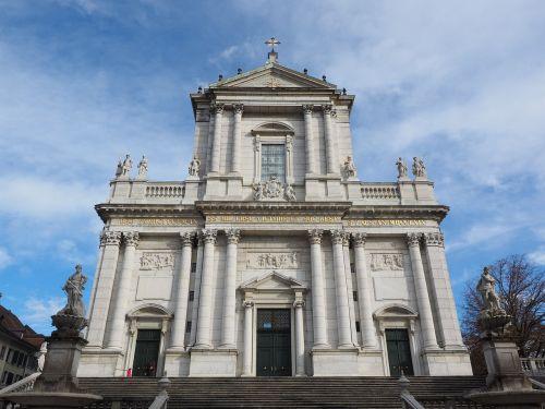 St Ursus katedra,katedra,solothurn,Šv ir Velerio katedra,St Ursen katedra,st-ruseno katedra,Romos katalikų,romėnų bažnyčios katalikų vyskupija,Šveicarija,ankstyvojo klasicistinio stiliaus,bažnyčios pastatai,pagrindinis fasadas,palengvėjimas,johann baptist babel,bažnyčia