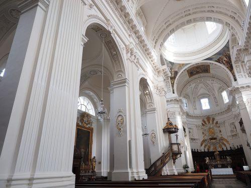 St Ursus katedra,nave,katedra,solothurn,bažnyčia,Šv ir Velerio katedra,St Ursen katedra,st-ruseno katedra,Romos katalikų,romėnų bažnyčios katalikų vyskupija,Šveicarija,ankstyvojo klasicistinio stiliaus,bažnyčios pastatai