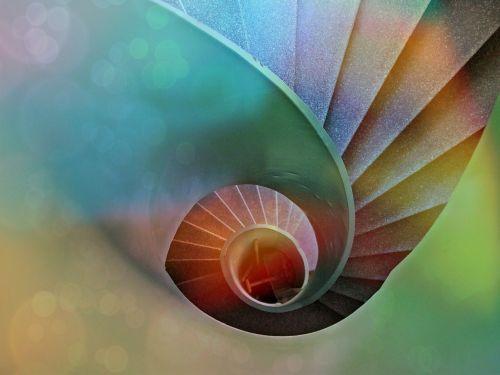 laiptai,spiraliniai laiptai,palaipsniui,architektūra,laiptinė,pastatas,atsiradimas,aukštas,žemyn,sraigė,lukštas,spalva,spalvinga,menas,giliai,suvynioti,lichtspiel,apšviestas,šviesa,farbenspiel