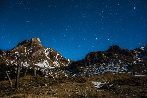 žvaigždė,dangus,Žvaigždėtas dangus,naktis,naktinis dangus,kalnai,sniegas,naktinė nuotrauka,ilga ekspozicija,žibintai,polaris,vakarinis dangus,mėnulio šviesa,Šveicarija,Gurnigel