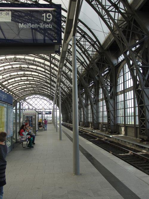 stotis Dresdenas,Centrinė stotis,architektūra,plienas,traukinių stotis,stogo stogas,geležinkelis,traukinys,plieno konstrukcija,platforma,atrodė,stiklas,stogo konstrukcija,kelionė,stogas,eismas,traukiniai,keleiviai