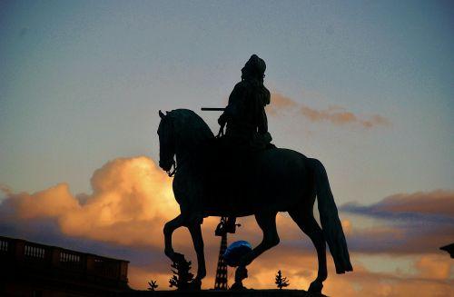 statula,bronza,sodo statula,laisvės statula,gatvių statula,statulos,bronzos statulos,arklys,kareivis,raitelis,arkliai,meno kūriniai