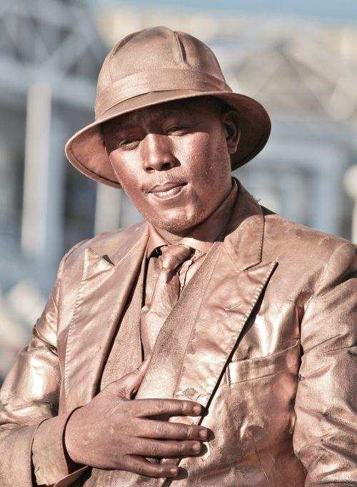statula,menininkai,gatvės menininkai,plojimai,atsiranda,vyras,skrybėlę,nejudamai,pantomima