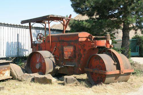 garo volelis,oldtimer,automobilis,raudona,automatinis,retro,defektas,automobilio avarija