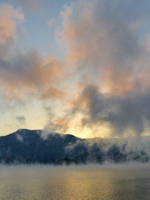 garuose,Kanim ežeras,Britų Kolumbija,Kanada,šaltas,oras,nuotaika,kraštovaizdis,peizažas,debesys,natūralus,natūralus vanduo,gamta,sezonas,žiema,dangus