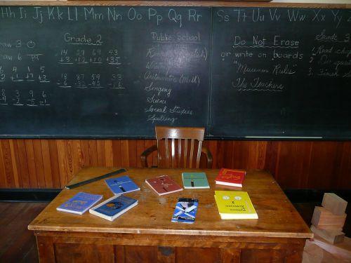 steinbach,mennonito paveldas,kaimas,manitoba,Kanada,mokytojo stalas,lenta,mokyklos knygos,pastatas,mokyklos namas,švietimas