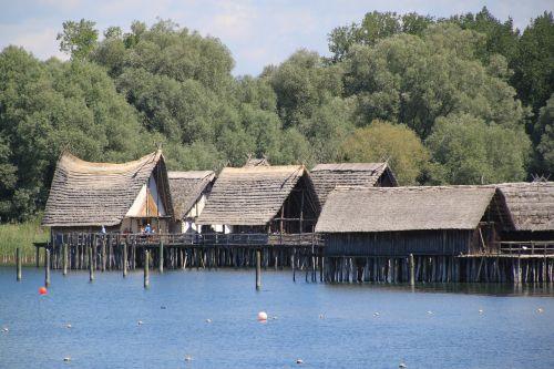 nameliai,archeologinis atviru dangumi muziejus,uhldingen,ežero konstanta,krūvos gyvenamasis muziejus,mediniai gyvenamieji namai,muziejus,kriaušė gyvenamasis muziejus unteruhldingen,uhldingen mühlhofen,keltuvų pastatai,kalnų kaimas,kriaušių gyvenamasis muziejus,istoriškai,architektūra,ežero gyvenamieji namai,Vokietija,namai,atviru dangumi muziejus