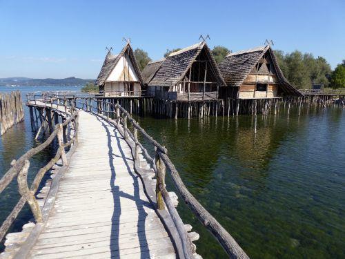 nameliai,ežero konstanta,unteruhldingen,archeologinis atviru dangumi muziejus,mediniai gyvenamieji namai,krūvos gyvenamasis muziejus,vanduo,saulė,ežeras,vasara,lankytinos vietos,tyrimai,istoriškai,muziejus