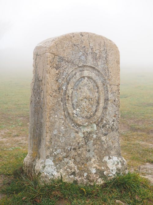 akmuo,memorialinis akmuo,kapinės,rūkas,rūkas,mistinis,keltai,creux du van,swiss jura,noiraigue