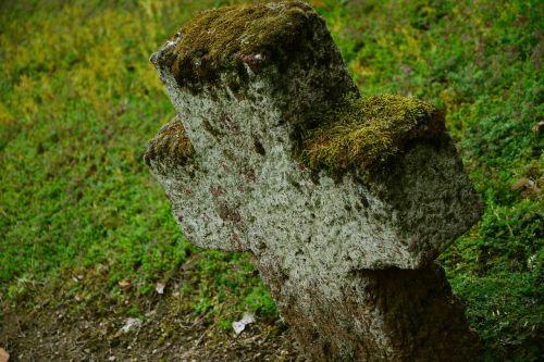 akmeninis kryžius,kirsti,kapinės,kapas,senos kapinės,religija,krikščionybė,memorialinis akmuo,paskutinė ramybė,samanos,stogas,kapinės,paminklas,gedulas,poilsio vieta,paskutinė poilsio vieta,atsisveikinimas,mirtis,mirti,atmintis,laidojimo vieta,senas,akmuo,laidotuves