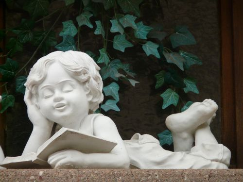 akmens figūra,berniukas,akmens masažuoklis,balta,gipso,figūra,kreidos figūra,knyga,skaityti,atsipalaidavimas,poilsis