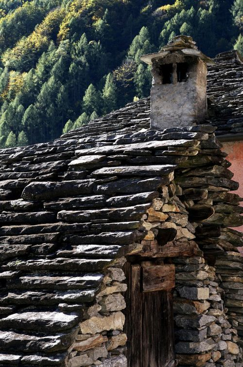 mūrinis namas,židinys,mūra,architektūra,akmenys,siena,struktūra,istoriškai,akmeninė siena,pastatas,akmeninis,namai,saulė,namo stogas,stogas,stogas,senas,kaminas,kaimiškas,rustico,Ticino,Šveicarija,plyta