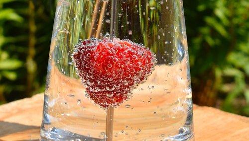 Braškių, vandens burbuliukai, oro burbuliukai, smūgis, vandens, oro burbuliukų burbuliukų, stiklo, skanus, burbulas, vaisių, maisto, lašelinė, makro, Iš arti