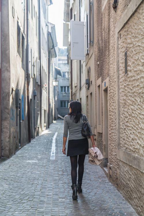 gatvė,juostos,tik,pradedant,moteris,dangas,senas,maža gatvė,siauras gatvė,asfaltuota gatvė