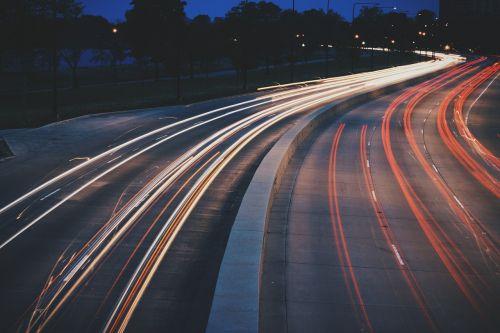 gatvė,naktis,miestas,miesto,žibintai,kelias,eismas,gabenimas,ilgalaikė ekspozicija,greitkelis,greitis,kelionė,judėjimas,automobilis,vairuoja,greitkelis,greitkelis,juda,greitkelis,užsiėmes,tamsi,automobiliai,mediana,gatvės šviesos