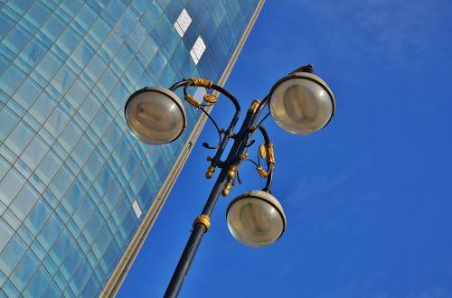 gatvės lempa,pranešimas,lempa,gatvė,šviesa,lauke,elektrinis,elektra,metalas,pole,lempos stulpas,dangus,mėlynas,miestas,gatvės lempa,senas,parkas,architektūra