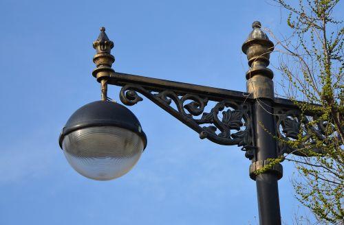 gatvės lempa,pranešimas,lempa,gatvė,šviesa,lauke,elektrinis,elektra,metalas,pole,lempos stulpas,dangus,mėlynas,miestas,gatvės lempa,senas,parkas