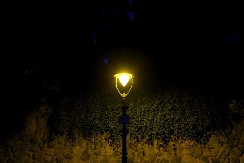 gatvės šviesos,naktis,gatvės lempa,žibintas,šviesa,lempa,apšvietimas,abendstimmung,vakaras,istorinis gatvių apšvietimas,naktinė nuotrauka,žibintai,tamsa,gatvės apšvietimas,atmosfera,šviesos spindulys,kelias,naktį,Senamiestis,metalas,gatves