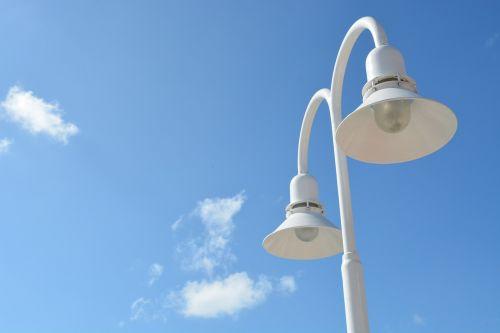 gatvės šviesos,dangus,mėlynas,debesys,miestas,šviesa,lempa,žibintas,gatvės šviesos,pole,lempos stulpas,gatvės lempa,gatvės šviesos,lemputė,šiuolaikiška,įranga