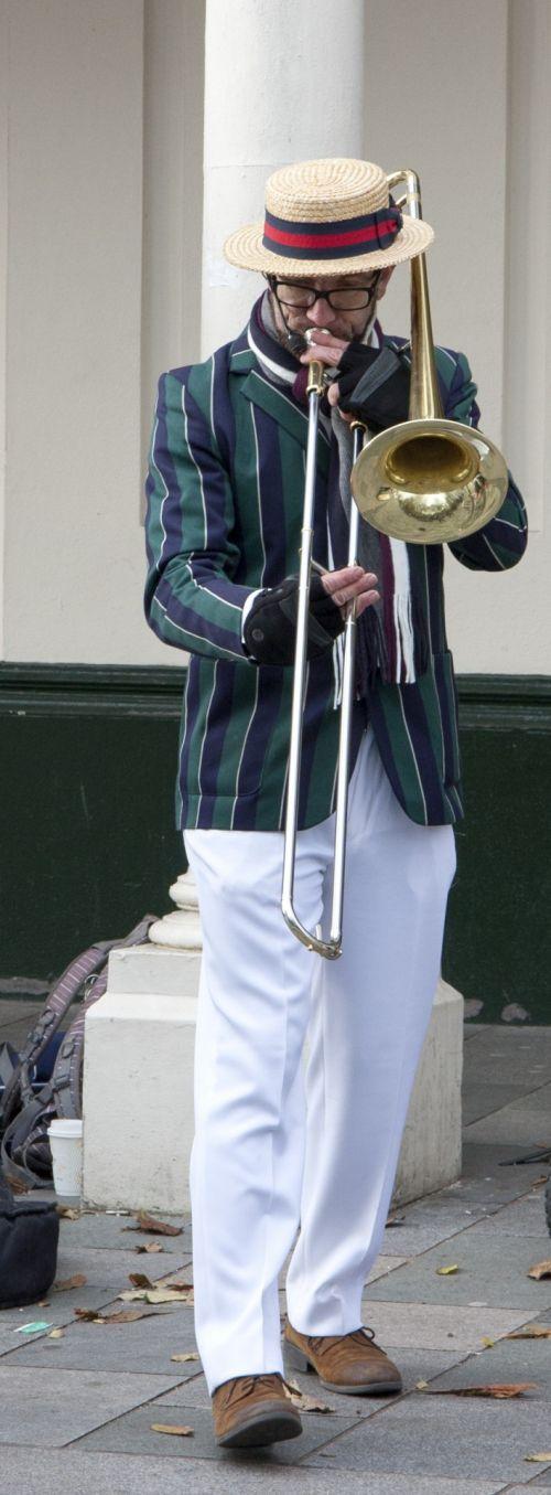 muzikantas, gatvė, gatvė & nbsp, muzikantas, žaidėjas, žaisti, trombonas, instrumentas, muzika, Žalvaris, senas, stilius, vintage, valtys, skrybėlę, vaizdas, nuotrauka, Laisvas, viešasis & nbsp, domenas, muzikinis & nbsp, instrumentas, gatvės muzikantas trombono grotuvas