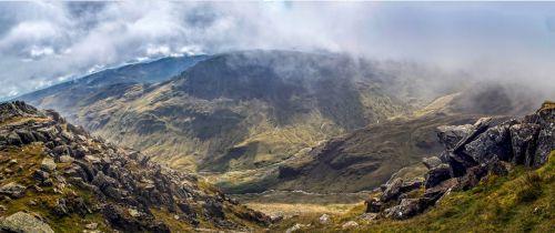 helvellyn, striding, kraštas, žemas, debesys, tarn, swirral & nbsp, kraštas, kelias, saulės šviesa, tvenkinys, migla, kaimas, kalnai, trasa, žemės ūkio paskirties žemė, kalvos, kraštovaizdis, gamta, natūralus, Sportas, nuotykis, ežeras, pėsčiųjų takas, akmenys, akmenys, rieduliai, bėgantis kraštas ir žvilgsnis