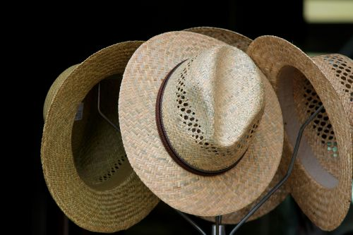 strohüte,skrybėlės,hatstand,pakavimo lentyna,saulės skrybėlė,saulės apsauga,galvos apdangalai,skrybėlių parduotuvė,apranga,hutkrempe,kraštas,galvos apdangalai,vasaros kepurė,galvos apdaila