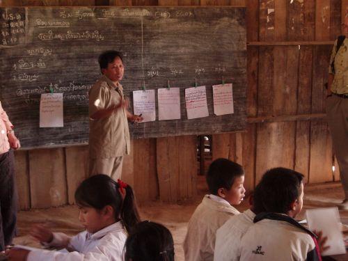 studentai,pradinė mokykla,kaimas,laosas,vaikai,instrukcija,pietų laosas,moksleiviai,kaimo vietovė,švietimas,mokymasis,darbo grupė,koncentruotas,klasė,profesorius,mokytojas,meistras,grupė,jaunas,berniukas,mergaitė,vaikas,asmuo,žmonės,studijos,studijuoti,mokytis,skaityti,Rašyti,mokytis,kultūra,knyga,nešiojamojo kompiuterio,rašiklis,rinkinys,stalas,biuras,lenta,paaiškinimas,informacija,darbas,pasisekė,diskusija,mokymas,registracija,mokykla