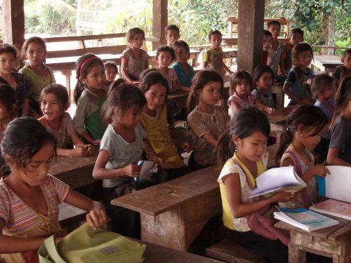 studentai,pradinė mokykla,kaimas,laosas,vaikai,instrukcija,pietų laosas,moksleiviai,kaimo vietovė,švietimas,mokymasis,darbo grupė,koncentruotas,klasė,profesorius,mokytojas,meistras,grupė,jaunas,berniukas,mergaitė,vaikas,asmuo,žmonės,studijos,studijuoti,mokytis,skaityti,Rašyti,mokytis,kultūra,knyga,nešiojamojo kompiuterio,rašiklis,rinkinys,stalas,biuras,paaiškinimas,informacija,darbas,pasisekė,diskusija,mokymas,registracija,mokykla