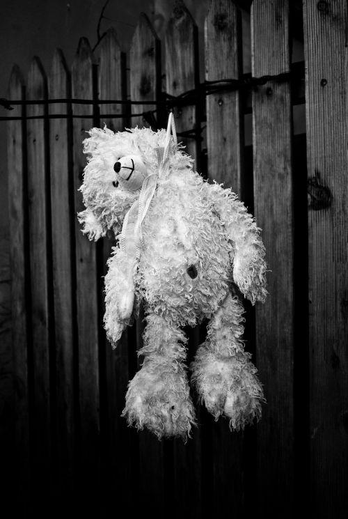 savižudis,be cub,depresija,juoda ir balta,kareivis,pakabinti,depresija,mirtis,galas,vaikystę,pliušas,juoda,balta,juoda balta,nuotrauka,fotografija,kontrastas,žaislas,tamsi,vaikas